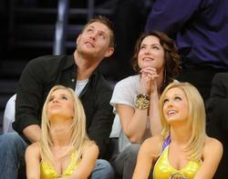 Nov 24, 2010 - Danneel Harris and Jensen Ackles at Lakers Game in Los Angeles Th_22393_tduid1721_Forum.anhmjn.com_20101127084048011_122_1067lo