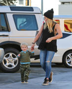 http://img217.imagevenue.com/loc607/th_170897235_Hilary_Duff_With_Luca_StudioCity6_122_607lo.jpg