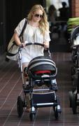 http://img217.imagevenue.com/loc614/th_900347471_Hilary_Duff_At_Mommy_And_Me_Burbank6_122_614lo.jpg