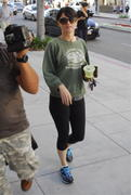 Робин Танни, фото 284. Robin Tunney - booty in tight pants out in Beverly Hills 02/17/12, foto 284
