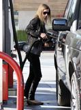 Nicky Hilton - Страница 2 Th_07041_Preppie_-_Nicky_Hilton_pumps_her_own_gas_in_Beverly_Hills_-_Dec._28_2009_240_122_864lo
